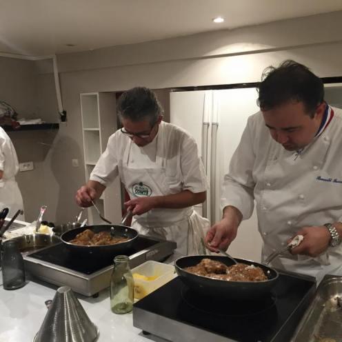 Les chefs en pleine préparation des ris de veau dorés et cloutés au Comté